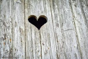 Illustration une ouverture en forme de coeur sur un chalet - Image: '_DSC8455_CD_v1S'  http://www.flickr.com/photos/44856392@N03/35008171291 Found on flickrcc.net