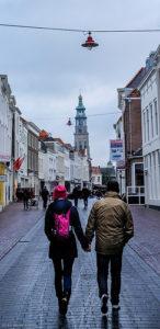 illustration - couple marchant dans la rue vers une église - trouvé sur flickrcc