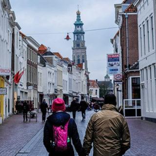 Couple marchant dans la rue vers une église (illustration) - flickrcc