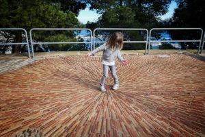 illustration : photo d'enfant au centre d'un sol pavé en étoile - Image: 'Going inwards'  http://www.flickr.com/photos/155059340@N04/40042158882 Found on flickrcc.net