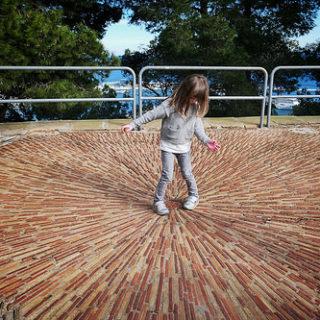 Photo d'enfant au centre d'un sol pavé en étoile (illustration) - 'Going inwards' http://www.flickr.com/photos/155059340@N04/40042158882 Found on flickrcc.net