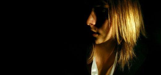 Une femme éclairée par le soleil sur un fond sombre (illustration)