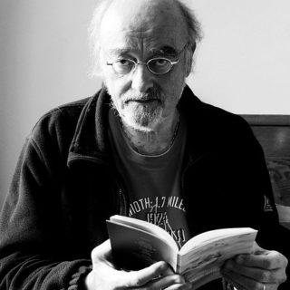 Un homme lisant un livre (illustration) - http://www.flickr.com/photos/27586438@N04/31345005746 Found on flickrcc.net