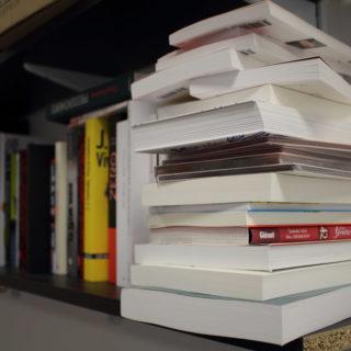 Une pile de livres (illustration) - 'Piles de livres' http://www.flickr.com/photos/88964830@N08/25893145690 Found on flickrcc.net