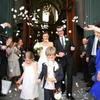 Mariés joyeux et sympas sortant du temple