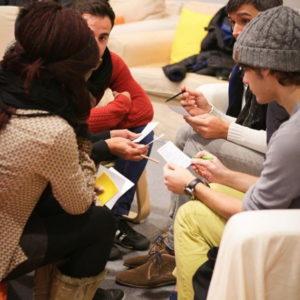 Un groupe de jeunes lit la Bible et discute - instagram de l'EPG
