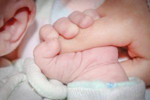 La main d'un bébé tient le doigt d'adulte - Image par Michal Jarmoluk de Pixabay