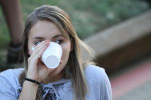 Illustration : jeune femme qui boit dans un verre et regarde de côté - Image: 'untitled' http://www.flickr.com/photos/31810320@N05/5011595055 Found on flickrcc.net