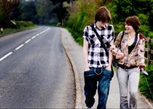 Couple de jeunes marchant (illustration) - http://www.flickr.com/photos/71753457@N00/3456748729 Found on flickrcc.net