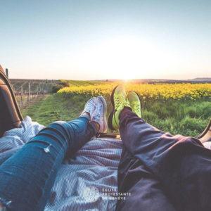 Dans les champs, allongés - Photo de l'Instagram de l'EPG