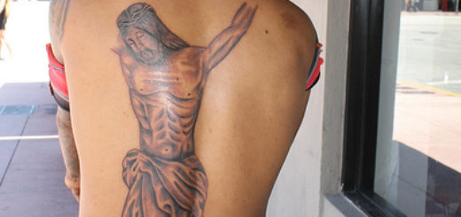 Un grand tatouage de Jésus sur le dos d'un homme - Image: 'Junior's New Tattoo' http://www.flickr.com/photos/25955895@N03/14083109788 Found on flickrcc.net