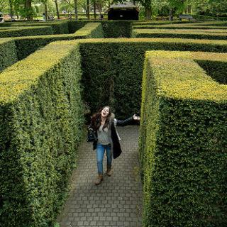 Une personne trouvant la sortie d'un labyrinthe de verdure (illustration) - 'finding the way out' http://www.flickr.com/photos/40425693@N00/36681253123 Found on flickrcc.net