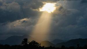 Un rayon de lumière dans les nuages (illustration) - http://www.flickr.com/photos/34120957@N04/7908717282 Found on flickrcc.net