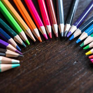 Des crayons de couleurs différentes - Image: 'Color pencils forming a semicircle' http://www.flickr.com/photos/30478819@N08/23874062608 Found on flickrcc.net