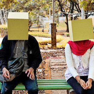 un couple avec chacun une boîte cachant son visage (illustration) - Image: 'ber-antem' http://www.flickr.com/photos/95948424@N08/8959420600 Found on flickrcc.net
