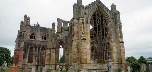 Une ruine d'église (illustration) - Image: '2017-08-26 09-09 Schottland 167 Melrose Abbey' http://www.flickr.com/photos/28577026@N02/36950097763 Found on flickrcc.net