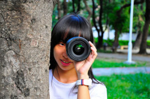 Une fille regarde à travers une lunette (illustration) -  Image: 'Love'  http://www.flickr.com/photos/145814312@N07/30694636426 Found on flickrcc.net