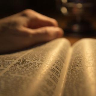 Une Bible tenue par une main et lue à la lumière d'une lampe (illustration de la lecture personnelle de la Bible) - Image: 'Light Unto All' http://www.flickr.com/photos/77708494@N07/32105317745 Found on flickrcc.net