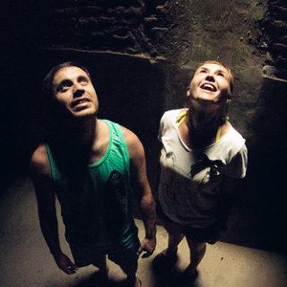 Deux personnes dans une cave sont éclairés d'en haut (illustration) - Image: 'Luz' http://www.flickr.com/photos/39513725@N02/16069481679 Found on flickrcc.net