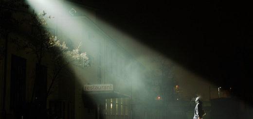 Un homme dans la nuit éclairé d'un projecteur en position élevée - illustration - 'Bethlehem 2008' http://www.flickr.com/photos/54604085@N00/338780690 Found on flickrcc.net