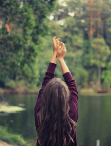 une femme debout dans la nature, mains levées en signe de louange (illustration) - http://www.flickr.com/photos/146625745@N08/30378537464 trouvé sur flickrcc.net