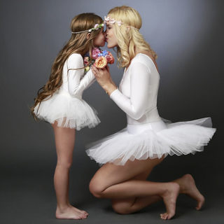 Une maman et sa fille toutes les deux danseuses (illustration) - Image: 'Family Photography - Mother & Daughter Ballet' http://www.flickr.com/photos/149481436@N03/41537367712 Found on flickrcc.net