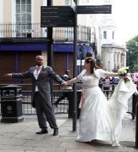Deux mariés veulent aller dans des chemins différents (illustration) - http://www.flickr.com/photos/29370225@N03/6446336787 Found on flickrcc.net
