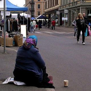 Mendiante dans la rue (illustration) - http://www.flickr.com/photos/91731765@N00/485155522 Found on flickrcc.net