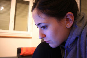 Jeune femme pensive, concentrée (illustration) - Image: 'focus' http://www.flickr.com/photos/27953324@N07/23481412670 Found on flickrcc.net