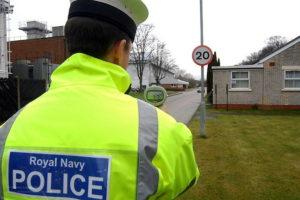 Un policier contrôlant la vitesse (illustration) - http://www.flickr.com/photos/48399297@N04/6830458132 Found on flickrcc.net