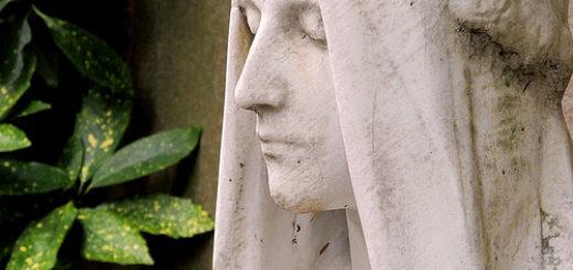 Un visage sculpté dans la pierre, sur une tombe (illustration) - Image: '2010-09-19 Dignity' http://www.flickr.com/photos/43144679@N00/5015464351 Found on flickrcc.net