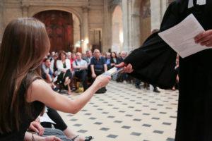 Le pasteur Marc Pernot remettant un psautier à une jeune fille venant de faire une profession de foi. © Karine Bouvatier