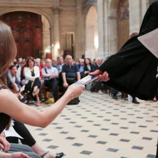 Marc Pernot remettant un psautier à une jeune fille venant de faire une profession de foi. © Karine Bouvatier