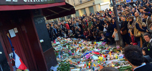 Image: 'Paris 10, la foule en flux ininterrompu vient se recueillir dans un calme+poignant.' http://www.flickr.com/photos/23831875@N05/23050404751 Found on flickrcc.net