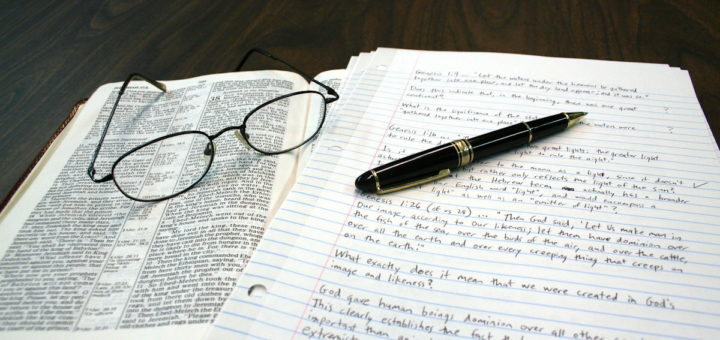 Bible, lunettes, page de notes et stylo - Image: 'Bible, Reading Glasses, Notes and Pen' http://www.flickr.com/photos/9984289@N02/7290794228 Found on flickrcc.net