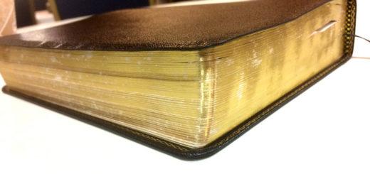 Une bible à tranche dorée dans un coin du salon - Image: 'At Bible Study Class' http://www.flickr.com/photos/10688882@N00/32829129974 Found on flickrcc.net