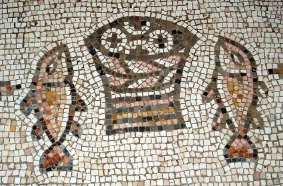 image chrétienne des premiers siècles : mosaïque de Tabgha avec 5 pains dans une corbeille et 2 poissons