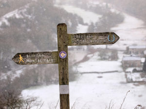 panneau d'indication de chemins de randonnée -  Image: 'Point-the-way'  http://www.flickr.com/photos/8340348@N07/44571587510 Found on flickrcc.net