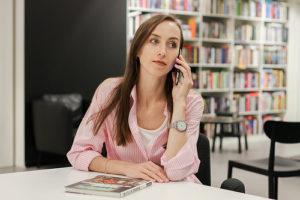 illustration : une jeune fille appelle au téléphone - Image: 'Anna' http://www.flickr.com/photos/40391641@N04/45109343662 Found on flickrcc.net