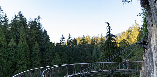 Une passerelle suspendue - Image: 'Cliffwalk at Capilano Suspension Bridge Vancouver' http://www.flickr.com/photos/132646954@N02/30852712848 Found on flickrcc.net