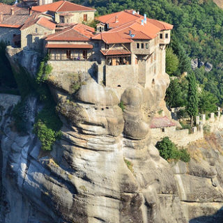 Un monastère dans les Météores en Grèce - Image: 'view of Monastery of Varlaam from Great Meteoron Monastery' http://www.flickr.com/photos/60110128@N04/6321835621 Found on flickrcc.net