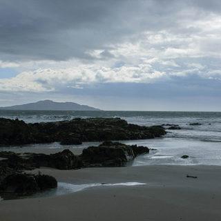 Illustration : un homme seul sur la plage - Image: 'Wales' http://www.flickr.com/photos/55046645@N00/46516316941 Found on flickrcc.net