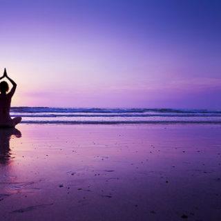 Illustration : personne faisant de la méditation - Image: 'Woman practicing yoga on the beach' http://www.flickr.com/photos/57416672@N00/29438001551 Found on flickrcc.net