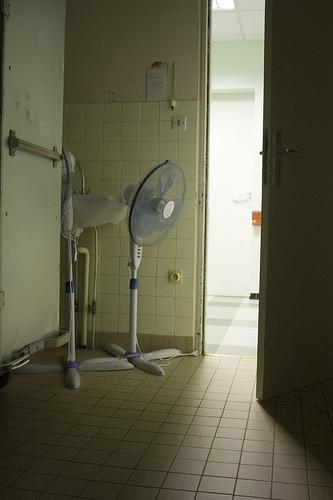 coin sombre d'une maternité avec ouverture sur une pièce illuminée - Image: '2008-0878' http://www.flickr.com/photos/84103059@N00/2905064625 Found on flickrcc.net