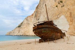 illustration : un bateau rouillé échoué sur une belle plage de sable - Image: 'Zakynthos Griechenland' http://www.flickr.com/photos/132646954@N02/44653188230 Found on flickrcc.net