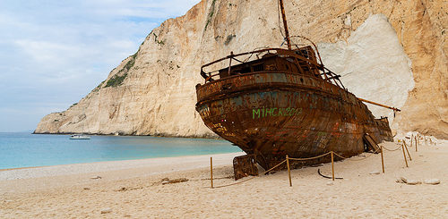 illustration : un bateau rouillé échoué sur une belle plage de sable - Image: 'Zakynthos Griechenland' http://www.flickr.com/photos/132646954@N02/44653188230 Found on flickrcc.net