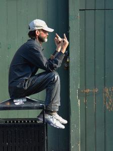 Illustration : un homem fait un geste grossièrement injurieux - Image: 'New Orleans - Giving Trump the Finger' http://www.flickr.com/photos/61943224@N04/32826674908 Found on flickrcc.net