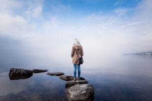 illustration : une jeune femme sur un rocher dans l'eau du lac - Image: '[ M O N T R E U X ]' http://www.flickr.com/photos/91423413@N02/31881801026 Found on flickrcc.net