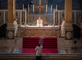 Illustration : une belle messe catholique - Image: 'Cardinal Vincent Nichols celebrated Mass on World Day of Consecrated Life in Westminster+Cathedral+on+the+Feast+of+the+Presentation+of+the+Lord+also+known+as+Candlemas+Day' http://www.flickr.com/photos/27340278@N03/46972605651 Found on flickrcc.net