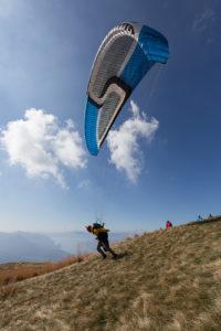 Illustration : une personne en train de forcer pour décoller en parapente -